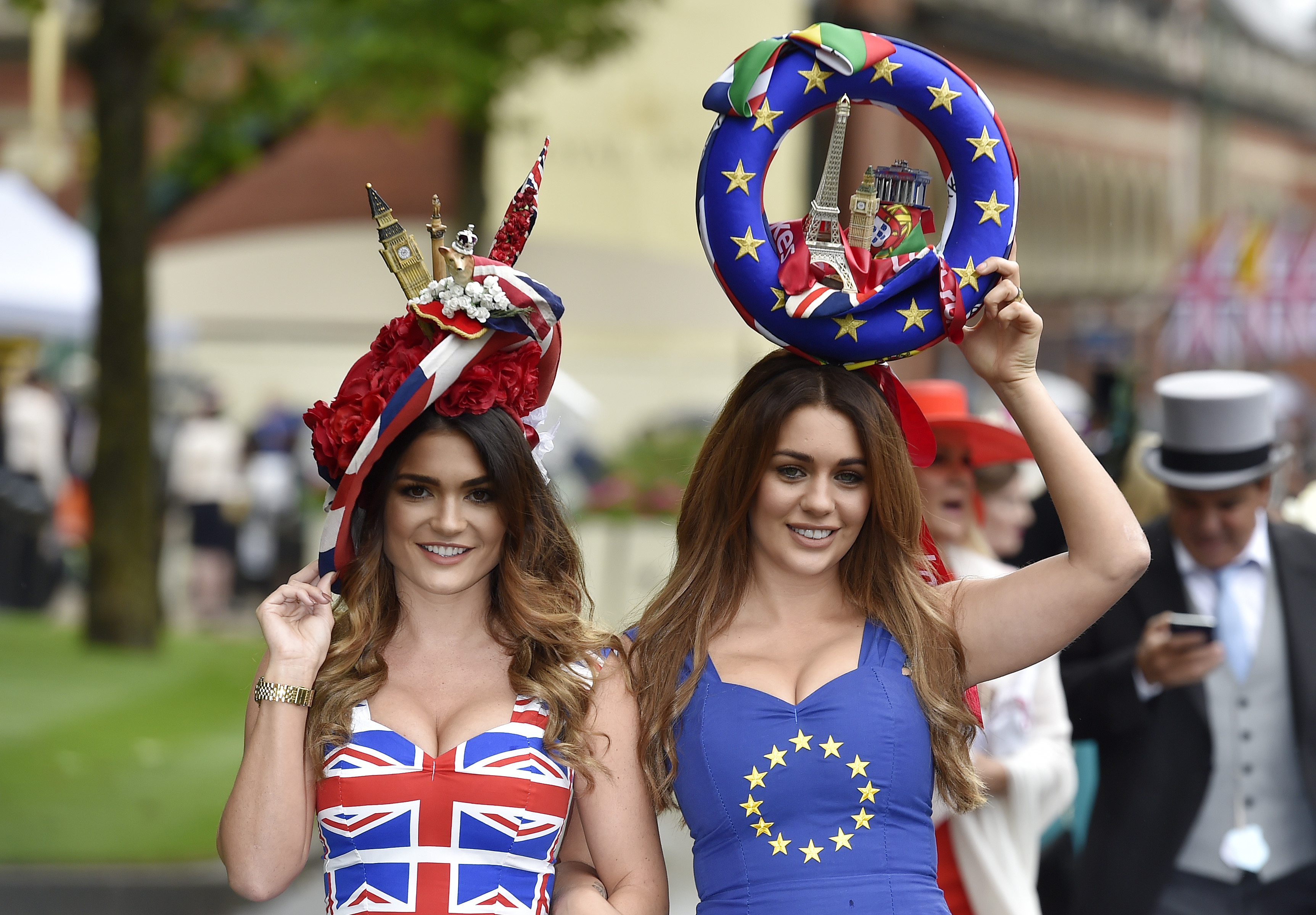 Britain Horse Racing - Royal Ascot - Ascot Racecourse - 14/6/16 Racegoers in Britain and EU referendum themed dresses Reuters / Toby Melville Livepic EDITORIAL USE ONLY. - RTX2G4SK